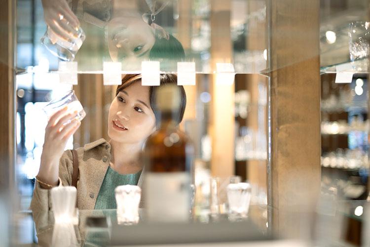 前田敦子さん 大正硝子 酒器蔵 小樽名産ガラス工芸の酒器を旅の思い出に