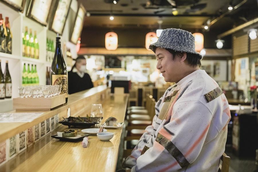 続いてはコチラ。18蔵の日本酒飲み比べセットを制覇した直後。飲んで、コメントして、リアクションを撮影して……の繰り返しに力を使い果たしたのか、「ちょっと一旦ぼーっとします……」と、抜け殻状態になっていました。ゆめまるさん、お疲れさまでした!