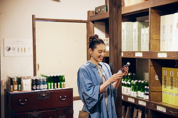お気に入りの味が見つかったら、ショップでお土産探し。木内酒造のお酒がフルラインナップで揃います。「飲み比べできるミニボトルセットにしようかな」