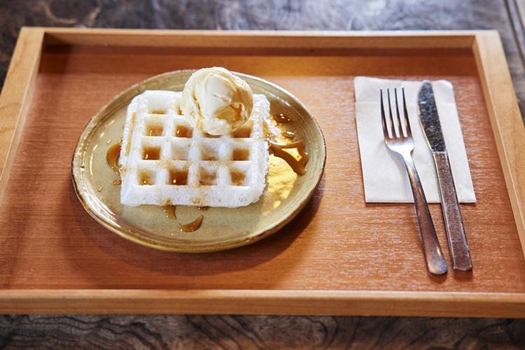 餅のワッフルに醤油&ハチミツのソースがたらり。みたらし団子のような味わい