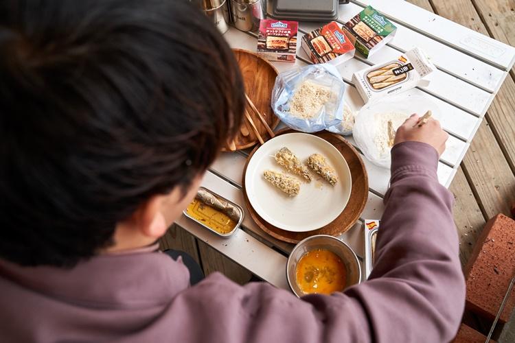 ②パン粉を両面にまんべんなく付ける。オイルサーディンの形がくずれないように注意。