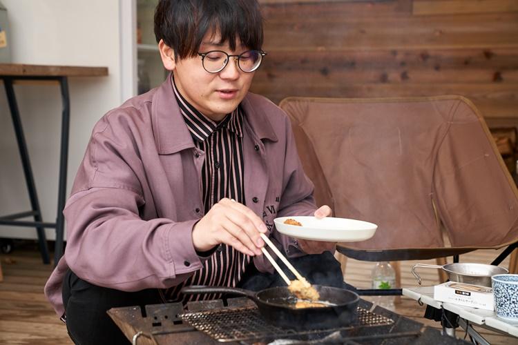④パン粉の色がきつね色になったら、油からあげて完成。お好みで塩やタルタルソースを付けて。