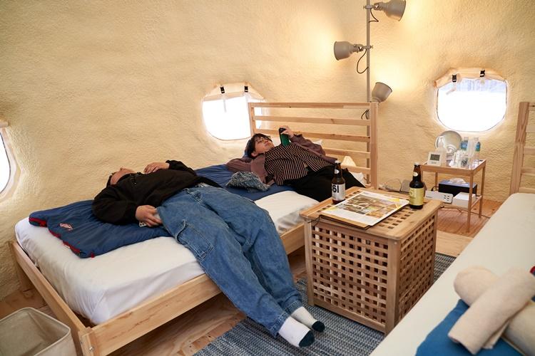 テント部屋での撮影時の様子。外撮影で冷え切った体に、この暖房が効きまくった部屋は天国……。「次の撮影シーンに移動しますよ!」と編集部が声をかけるも、聞こえないふり。
