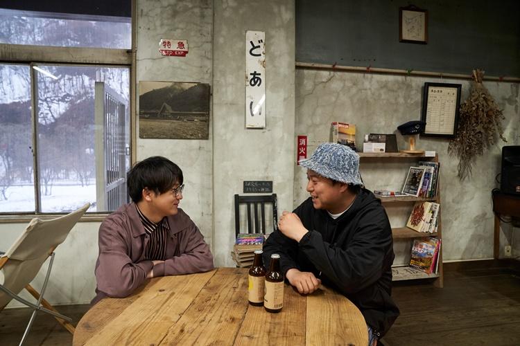 「DOAI VILLAGE」施設内にある、かつての駅務室を改装した駅茶「mogura」にて。辺境グランピングの感想や、地元・岡崎について語るおふたり。