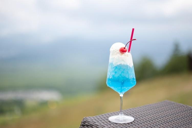 インスタ映えも叶う「青い富士山クリームソーダ」900円