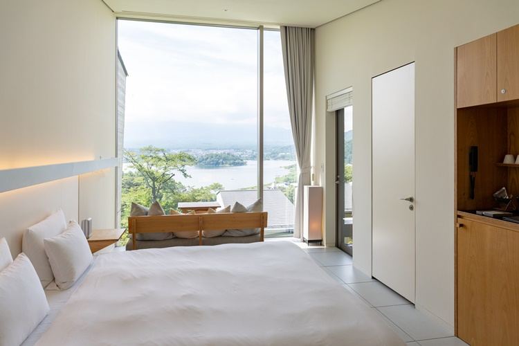 """モダンでシンプルな装いの室内。窓が大きいので""""中にいるけど外にいるような""""開放的な時間が過ごせる"""