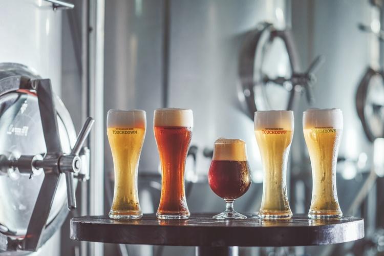 1杯目専用生ビール「ファーストダウン」など、こだわりあふれるビールが揃う