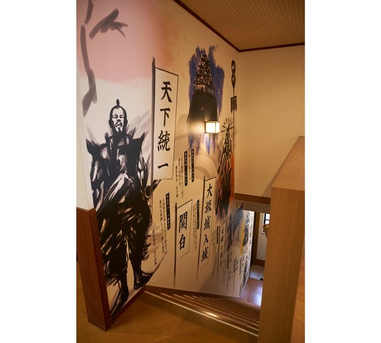 秀吉にまつわる館内の設えにテンション上がる! 壁には等身大の豊臣秀吉が描かれています
